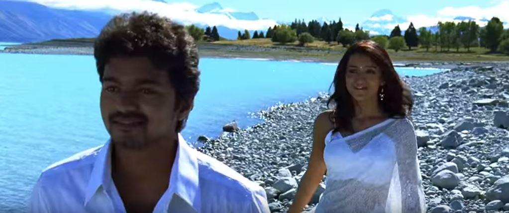 A still from Thaen Thaen Thaen song in Kuruvi starring Vijay and Trisha.